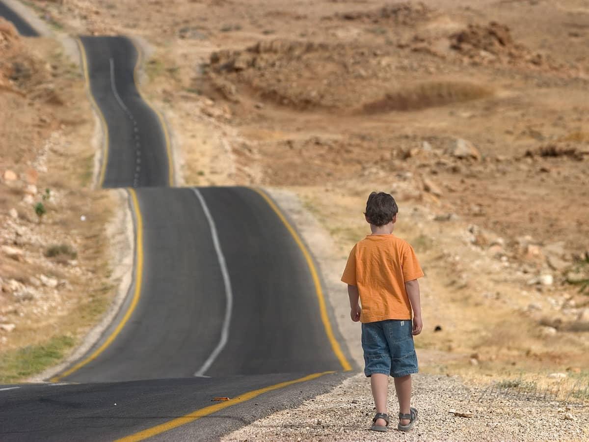 мальчик идущий по дороге